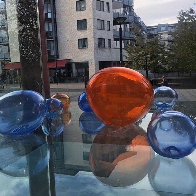 Glassinstallasjon i glassmonteret utenfor Kommunegården i Sandvika, Bærum. #theaandenæs