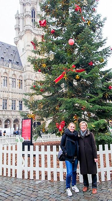 Avec ma collaboratrice Valérie, promenade sur notre belle Grand-Place, on profite des Plaisirs d'Hiver ;)