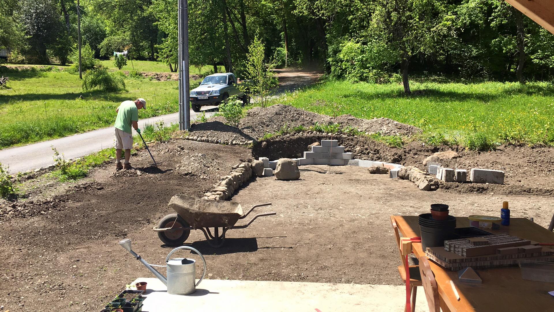 preparing the terrain pour le gazon-en-rouleax