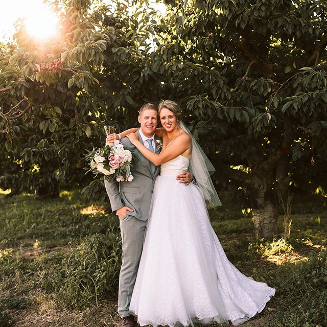 These two are getting their gallery today!! 🙌🏻🙌🏻🙌🏻🙌🏻 ⠀ So in love with this wedding and I can't wait for Lauren and Clint to see them all!!! AHHHH! ⠀ ⠀🙌🏻🙌🏻🙌🏻🙌🏻🙌🏻🙌🏻🙌🏻🙌🏻 #yakimaweddingphotographer