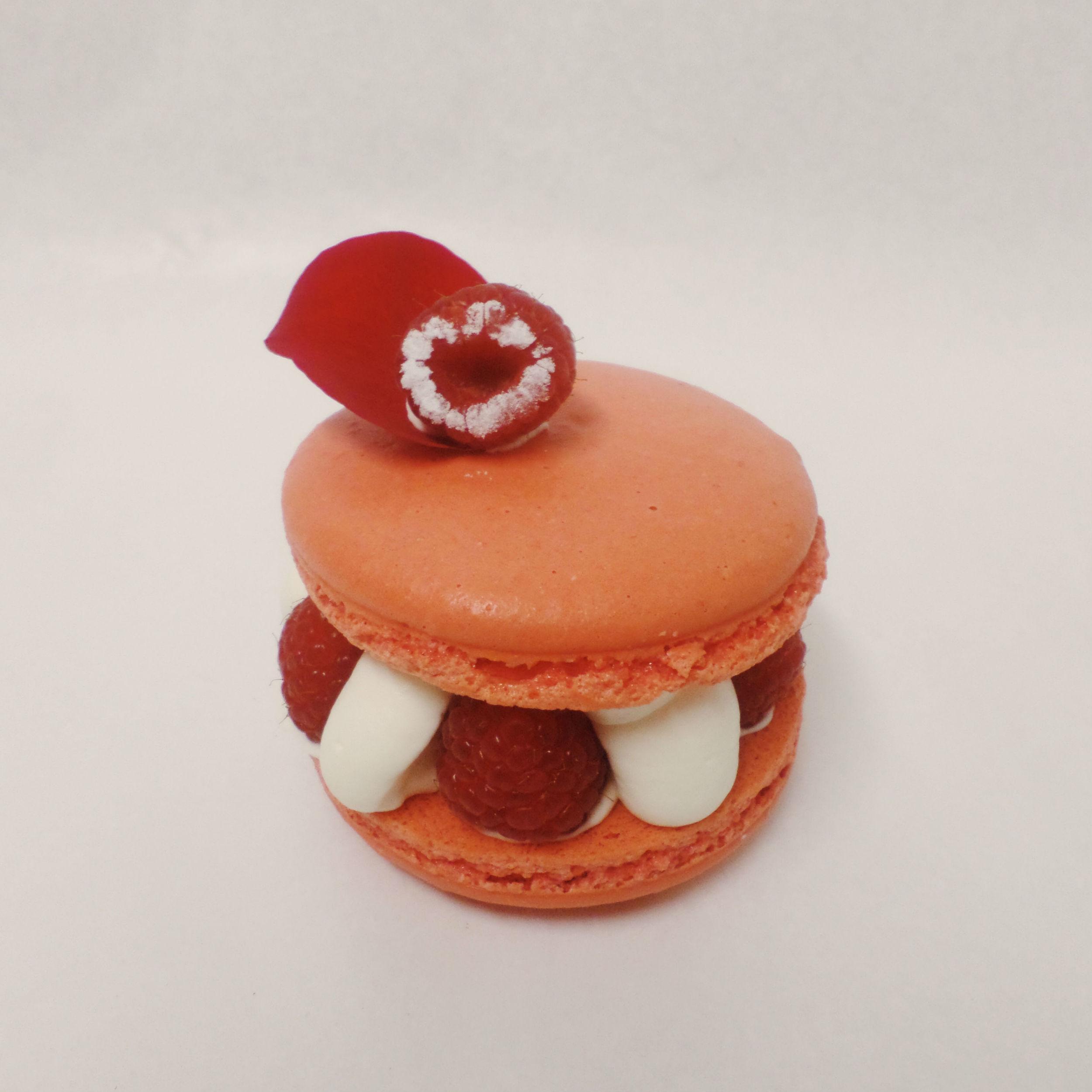 Macaron con ganache de chocolate blanco y rosa,coulis de frambuesa y frambuesas naturales