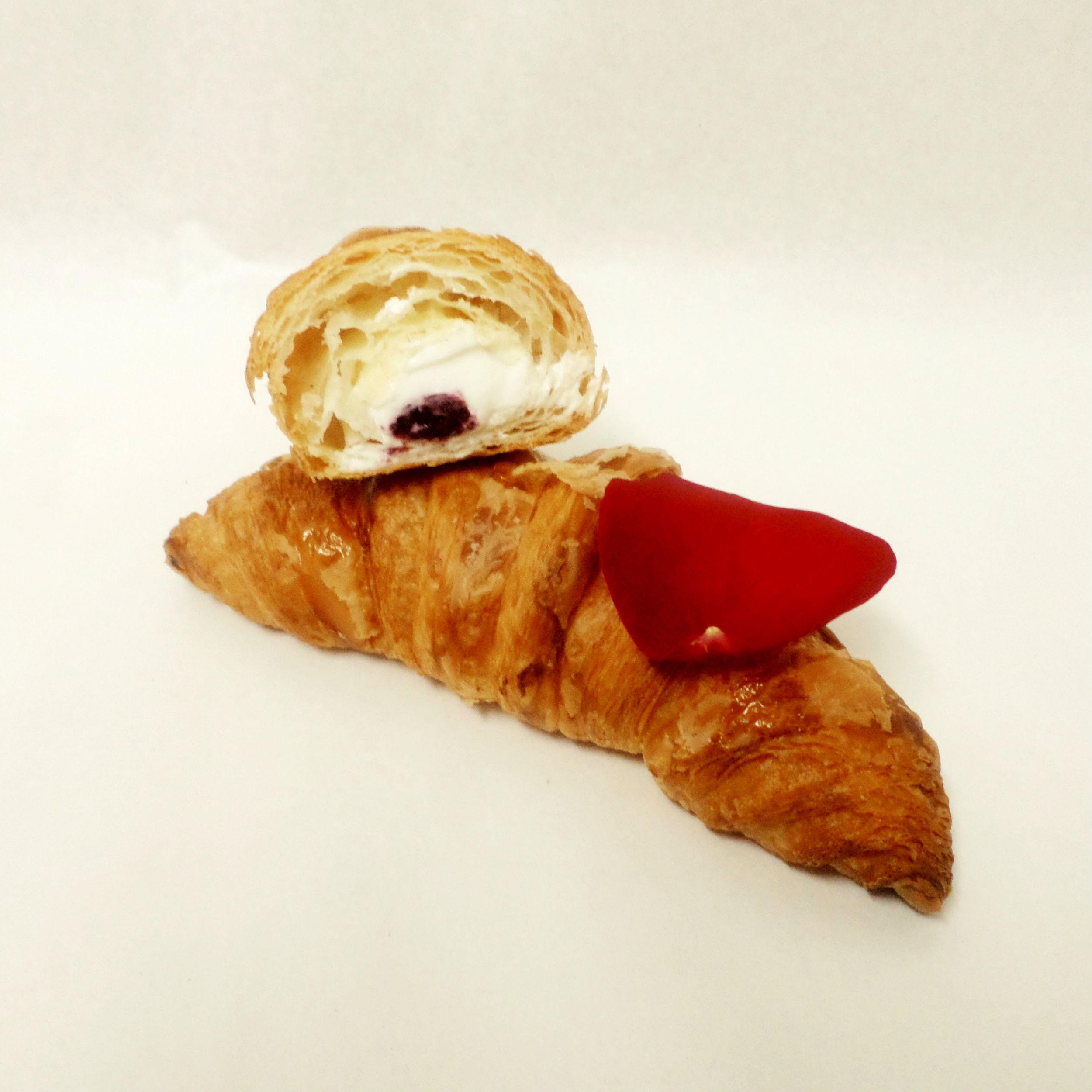 Croissant relleno de compota de frambuesas, queso mascarpone y rosa