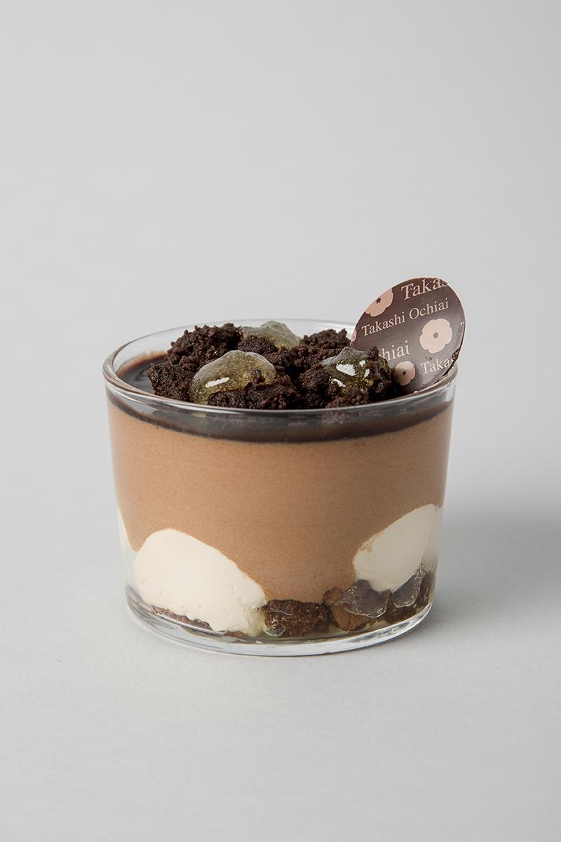 Ochiai team. Brownie de azúcar moscovado, ganache de Orelys, mermelada de yuzu, mousse de chocolate Manjari al 64% con crujiente de moscovado y pasta de yuzu.