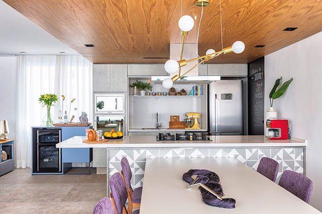 Cozinha que dá vontade de morar, de receber os amigos, de reunir a família. Essa cozinha virou o coração da casa 🏠 dessa família linda da @lalarebelo #doobarquitetura #cozinhaamericana #cozinhacomilha #kitchendesign #kitchenisland #decor #forrodemadeira