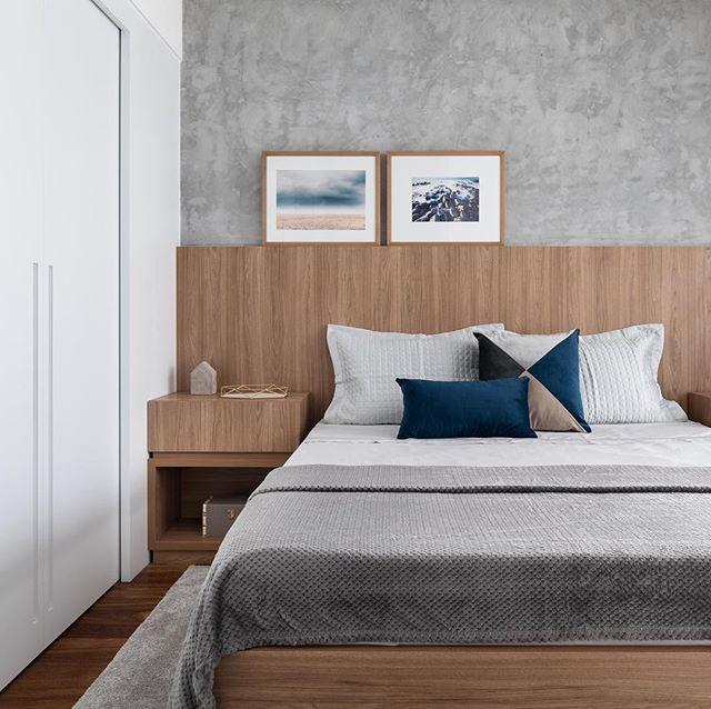 A combinação de elementos quentes como a madeira com elementos frios como cimento queimado resultam em um equilíbrio e aconchego na decoração. Podemos utilizar este recurso até mesmo em quartos como este ⬆️ Foto: @triadphoto  #quarto #suitecasal #suitemaster #cimentoqueimado #cama