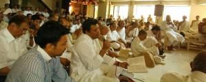 14-Vikrambhai-sings-before-book-launch-O-shilpi-atmakala-viksavo-300x120.jpg