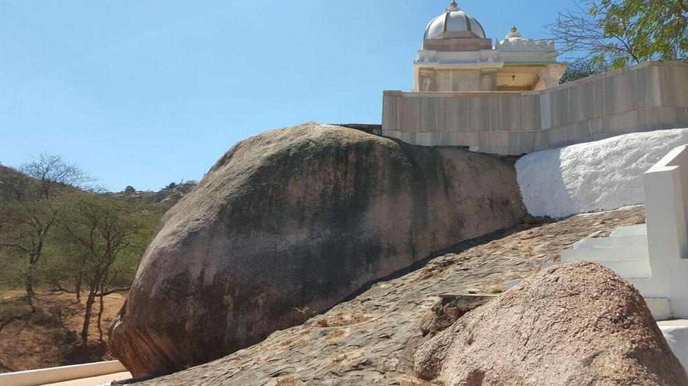 Pudhvishila Path or rock on which Bhagwan Mahavir explains his meditation to Gautam Swami. It was here that Krupaludev gave his sermon on 'Dravya nu Yog' to Munishree Laghuraj Swami and seven monks.