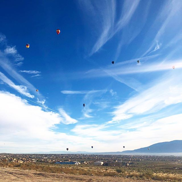 Good morning Albuquerque 🔥💨🎈What an amazing view to wake up to 😍 #goodmorning #hotairballoons #abq #abqballoonfiesta #newmexicoskies #hotairballoonfestival #skyview #views