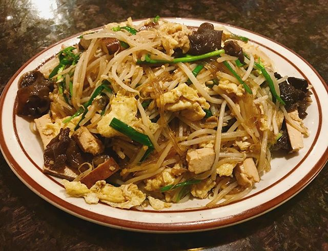 "Try our new dish ""Stir Fried Bean Sprout w/ Dried Tofu ""🌱 #chinesefood #veggies #tofu #beansprout #egg#chives #glassnoodles #woodears #jundynasty"