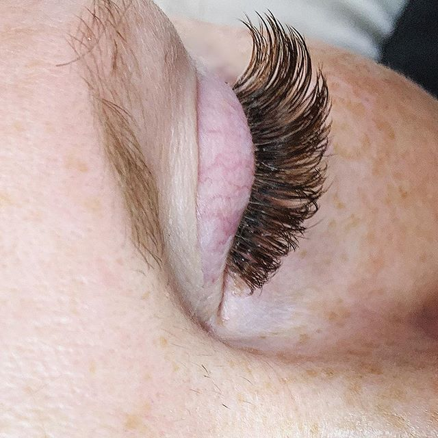 Ever considered brown lashes? Super subtle, excellent for our beautiful redheads and flattering for lighter complexions. We change our hair colour, why not try switching it up with your lash colour!?! #lashday #studioskera .  Available in #classic #volume and #hybrid sets/fills 🖤 . #skeralashes #tgild TGIF #skerababes #yyclashes #airdrielashes #airdriebrownlashes #yycbeauty #airdriebeauty #airdriebusiness #airdriemoms