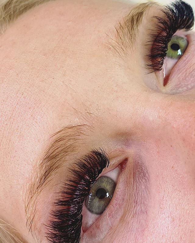 I 💚 our green eyed beauties! #skerababes swipe to see this beauties transformation from a damaged set (not my work) as we progressively healed her lashes and built her back up to a healthy full volume set! 😍 #studioskera