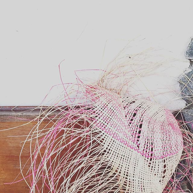 Inspiration 👒 . . . . . . . .  #jukphotographe #inspiration #createyourlife #beamazing #hat #pink #structure #observe #live #see #photo #outside