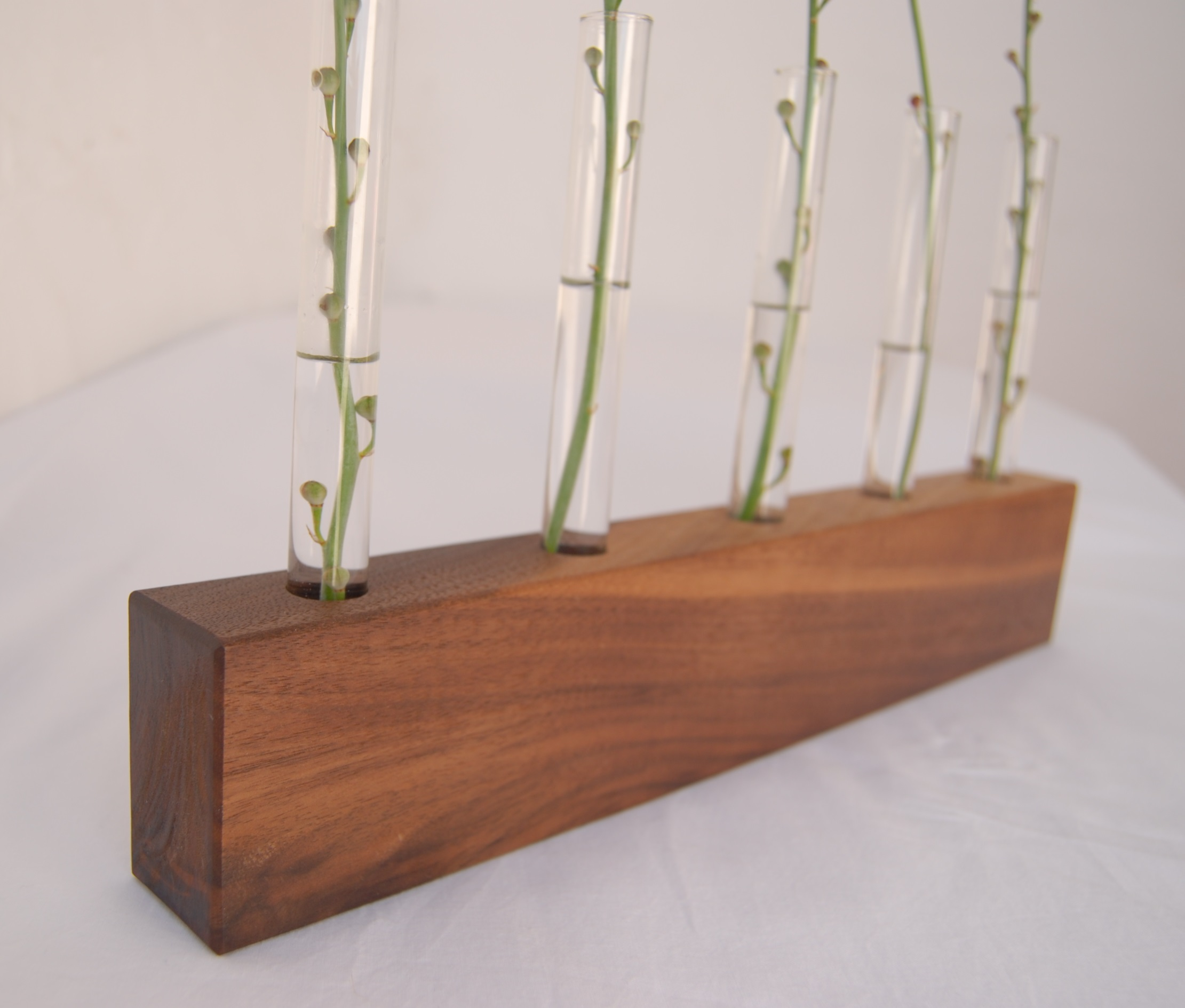 Walnut flower display block with test tubes. /  Expositor de flores en madera de nogal con tubos de ensayo.