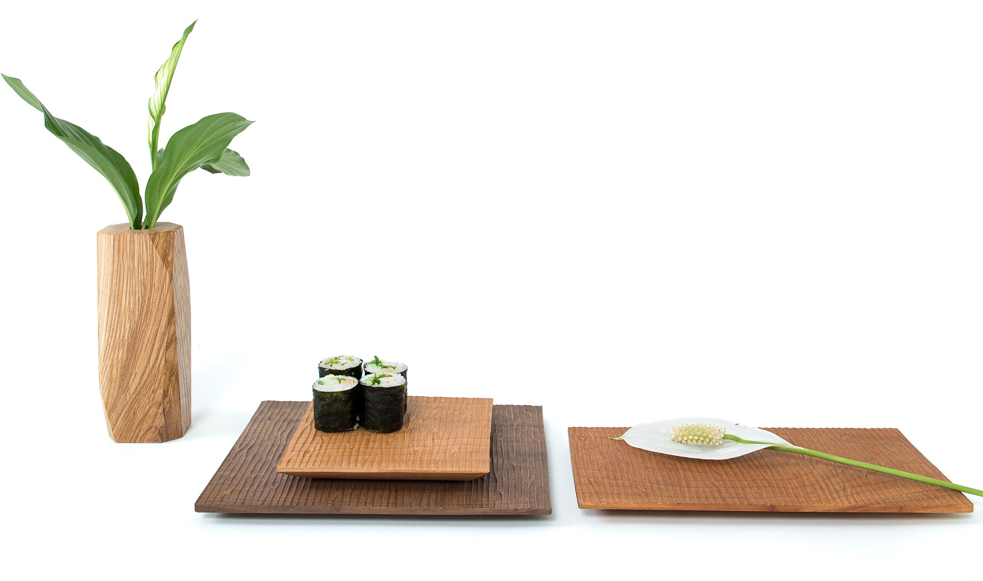Carved wooden trays and vase. Sushi and flower display. /  Maki-zushi sobre bandeja de madera tallada.