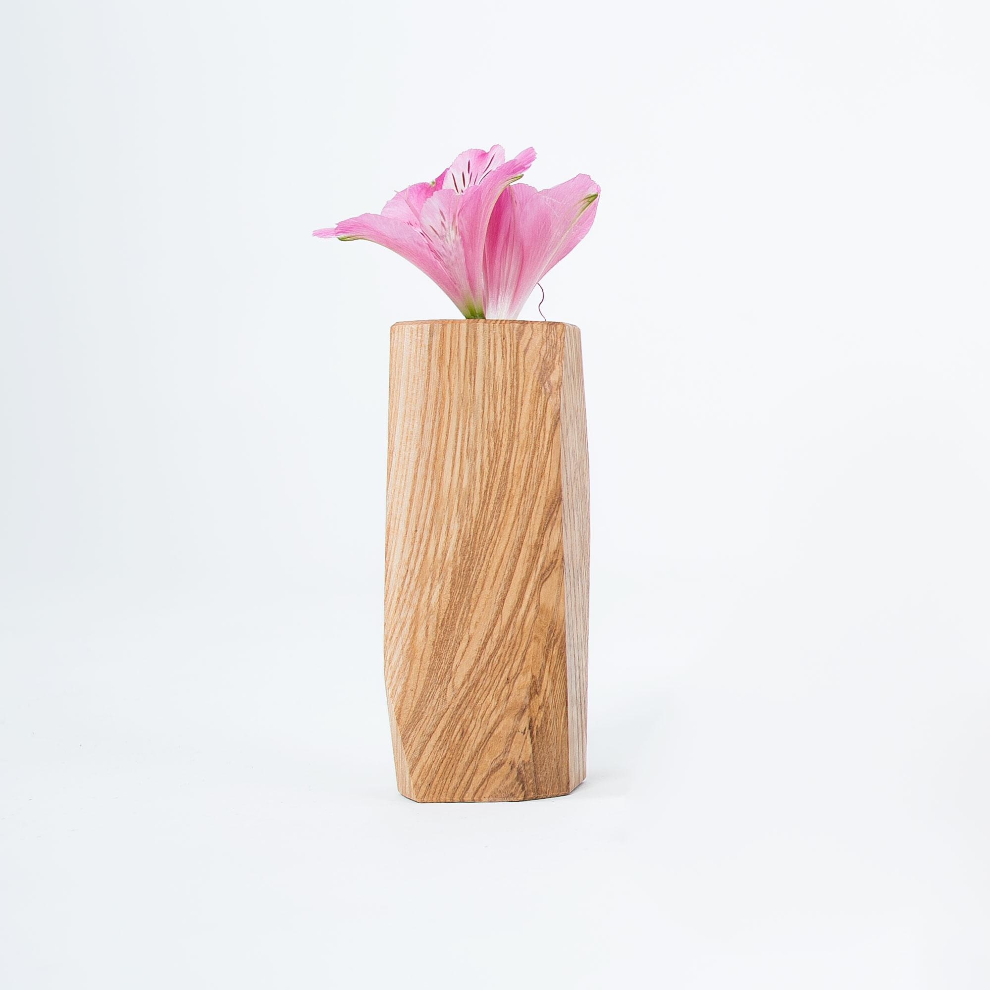 Olive Ash wooden vase. /  Florero de madera de fresno oliva.