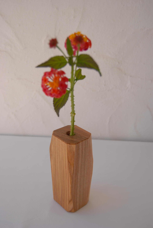 Olive ash wooden vase. /  Florero en fresno olivo.