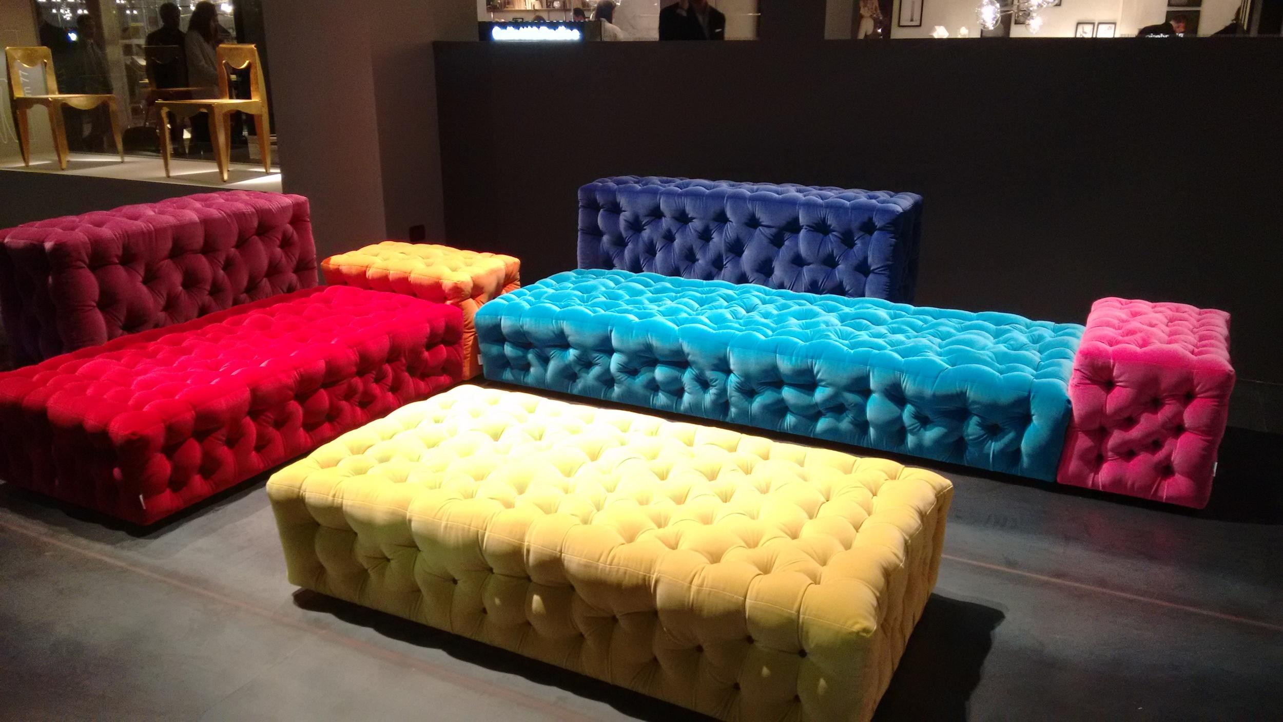 The colorful La Michetta sofa designed by Gaetano Pesce for Meritalia. / La colorida La Michetta, diseñada por Gaetano Pesce para Meritalia.