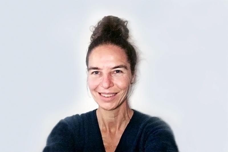 """Silvia Müller  Expertin in Ayurveda  Dieses ganzheitliche System der 'Wissenschaft des Lebens' vermochte es Silvia vollends in den Bann zu ziehen; so sehr, das sie es nicht scheute, mit 38 Jahren die Matura nachzuholen, um sich danach für weitere 6 Jahre dem Medizin-Studium in Indien zu widmen. 2013 hat sie erfolgreich mit dem """"Bachelor of Ayurvedic Medicine and Surgery"""" (B.A.M.S.) an der Gujarat Ayurved University im Staat Gujarat (Indien) abgeschlossen.  Nebst einem 1-jährigen Praktikum in zwei verschiedenen Universitätspitälern in Indien – je 6 Monate -, das zur Ausbildung gehörte, hat sie ihre praktische Erfahrungen in verschiedenen Ayurveda-Verfahren mit einem weiteren Aufenthalt in Indien und Sri Lanka vertieft. Dies in einer privaten Klinik in Kerala (Indien) und in zwei staatlichen Spitälern in Sri Lanka.  Von Dr. S.H. Acharya, ein weltweit anerkannter Panchakarma Experte, hat sie sich in diesem Ayurveda-basierende Detox Verfahren weiterbilden lassen.  Seit Beginn 2015 zurück in der Schweiz, hat sie den Lehrgang des 'Ayurveda Rhyner Colleg 2015' unter der Führung des weltweit anerkannten Ayurveda-Experten Dr. Hans H. Rhyner belegt und auf dessen Kuren in Österreich und in der Schweiz assistiert. Zeitgleich durfte sie praktische Erfahrungen als Angestellte in leitender Funktion, sowohl auch als Selbständige in ihrer eigenen Praxis erfahren."""