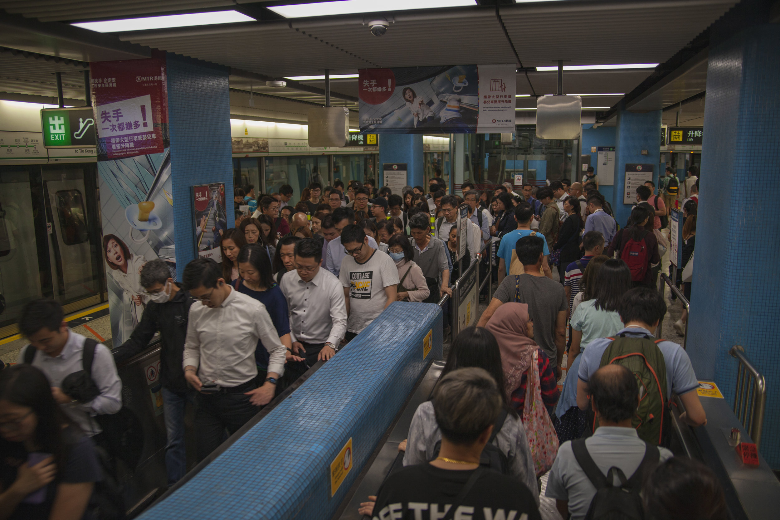 Look at this packed metro-station, there are so many people here!