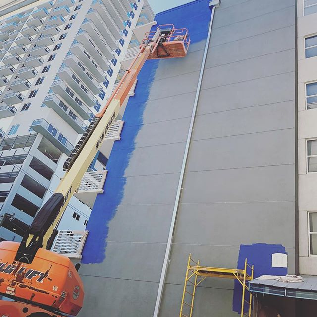 Tallest mural to date going up in #downtowntampa #channeldistrict FIVE stories of beautiful color coming your way compliments of #tada  #citymurals #backtoart #tampamurals #tadaartists #tadaartistatwork #allthewayup #artprofessional #fineartmurals #tampaflorida #tampaartscene