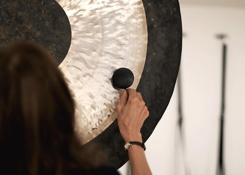 Masaż dźwiękiem - Masaż dźwiękiem mis i gongów jest bardzo skuteczną metodą relaksacyjną. Odprężenie wewnątrz przestrzeni dźwiękowej pomaga w uwolnieniu napięć i blokad, zarówno fizycznych jak też emocjonalnych. W dużym uproszczeniu masaż dźwiękiem polega na ułożeniu mis dźwiękowych na leżącej, ubranej osobie oraz na lekkich uderzeniach w misy.