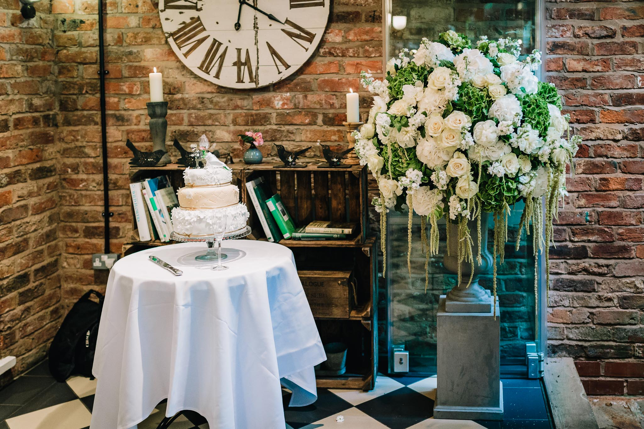 WEDDING CAKE AND FLOWERS THE FLOWER LOUNGE DIDSBURY