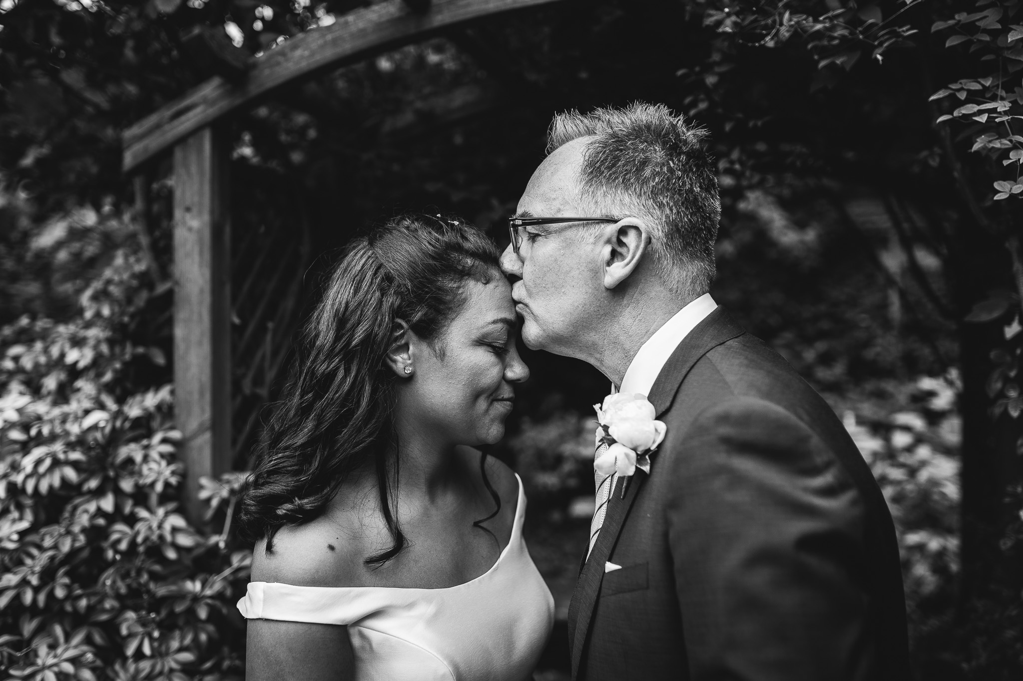 BLACK AND WHITE BRIDAL PICTURE KISS ON FOREHEAD
