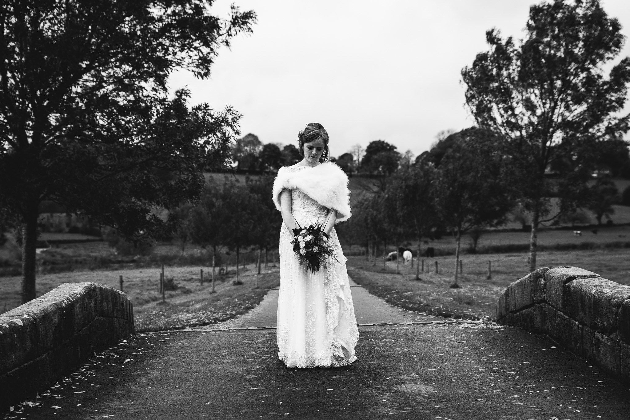 BRIDAL PICTURE WITH FLOWERS IN BLACK AND WHITE