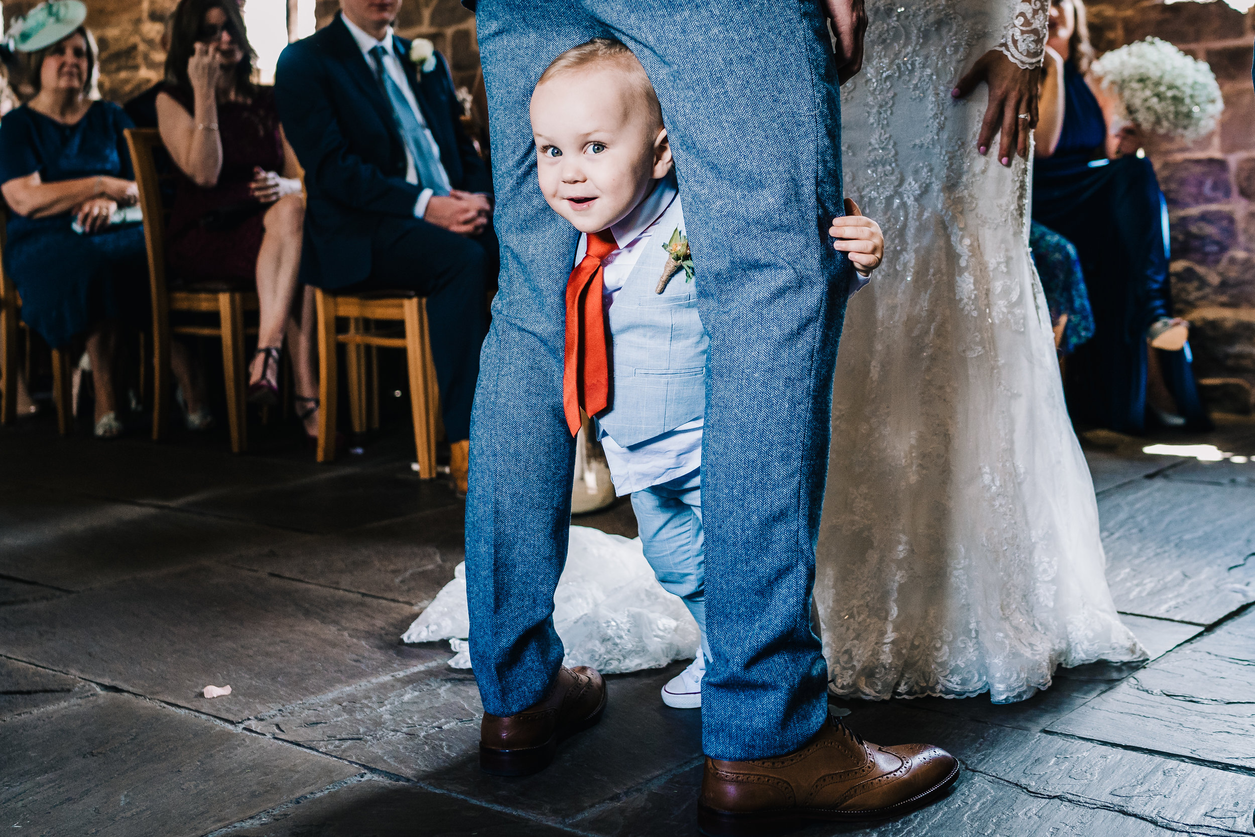 FUNNY CANDID DOCUMENTARY MOMENT AT WEDDING BY JAMES ANDREW PHOTOGRAPHY