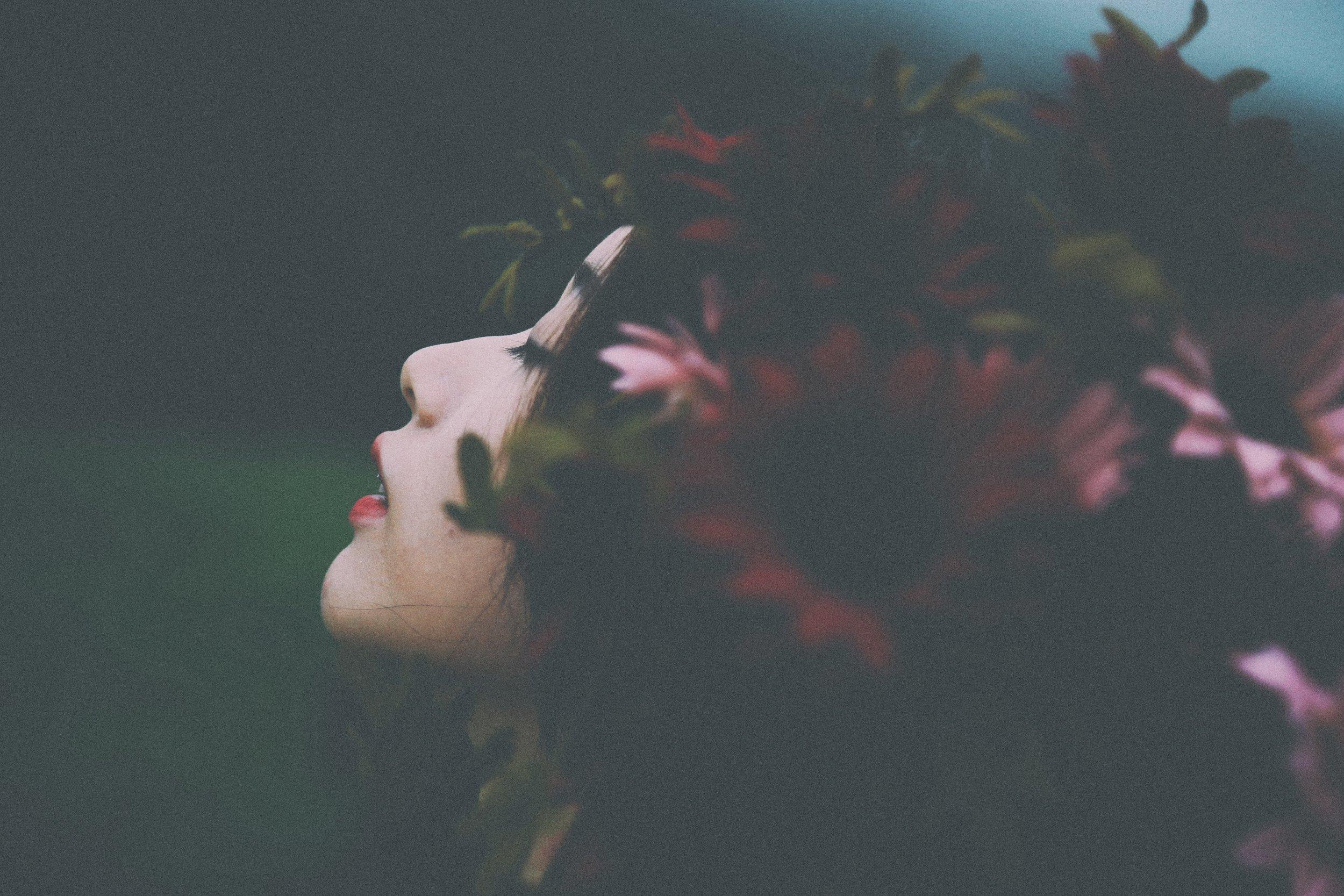 WOMAN FLOWER CROWN