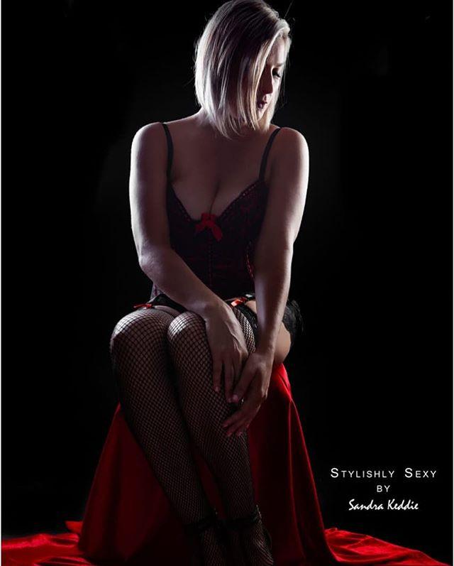 Stunning, simple sexy portrait #implied #impliednudity #boudoirinspiration #boudoirphotographer #boudoirshoot #boudiebabe #boudoir #durbanboudoirphotography #durbanphotography #durbanboudoirphotographer #durbanboudoir #stylishlysexyboudoirphotography #stylishly #sexy #stylishlysexy #lingerie #heels #blonde #decollete #cleavage #boobsofinstagram