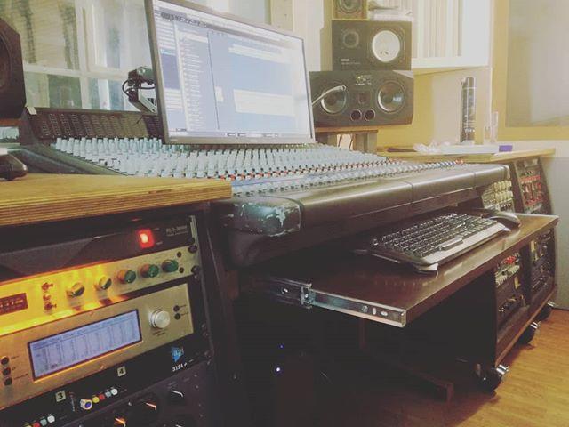 Oh what fun it is to edit... #musicproduction #studio #rock #rockmusic #mixing #analog #gearporn #editing #fun #pralines