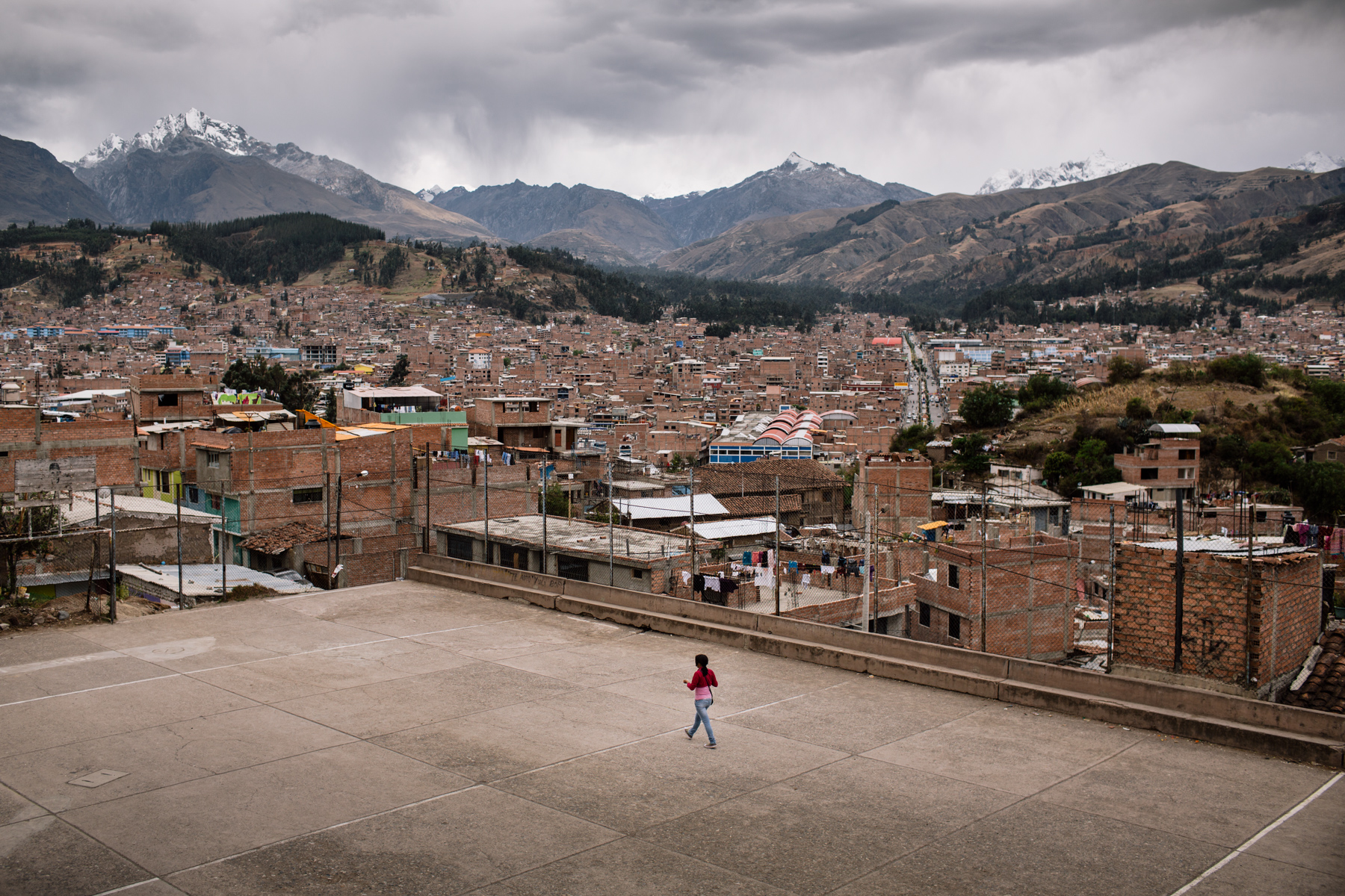 20 kilometers away from Palcacocha, the city of Huaraz never stops expanding. Attracted by the jobs opportunities in the mining industry, people flow from all over the country. As a consequence, criminality is on the rise as well as the price of land. Even in the highly exposed areas of the city.