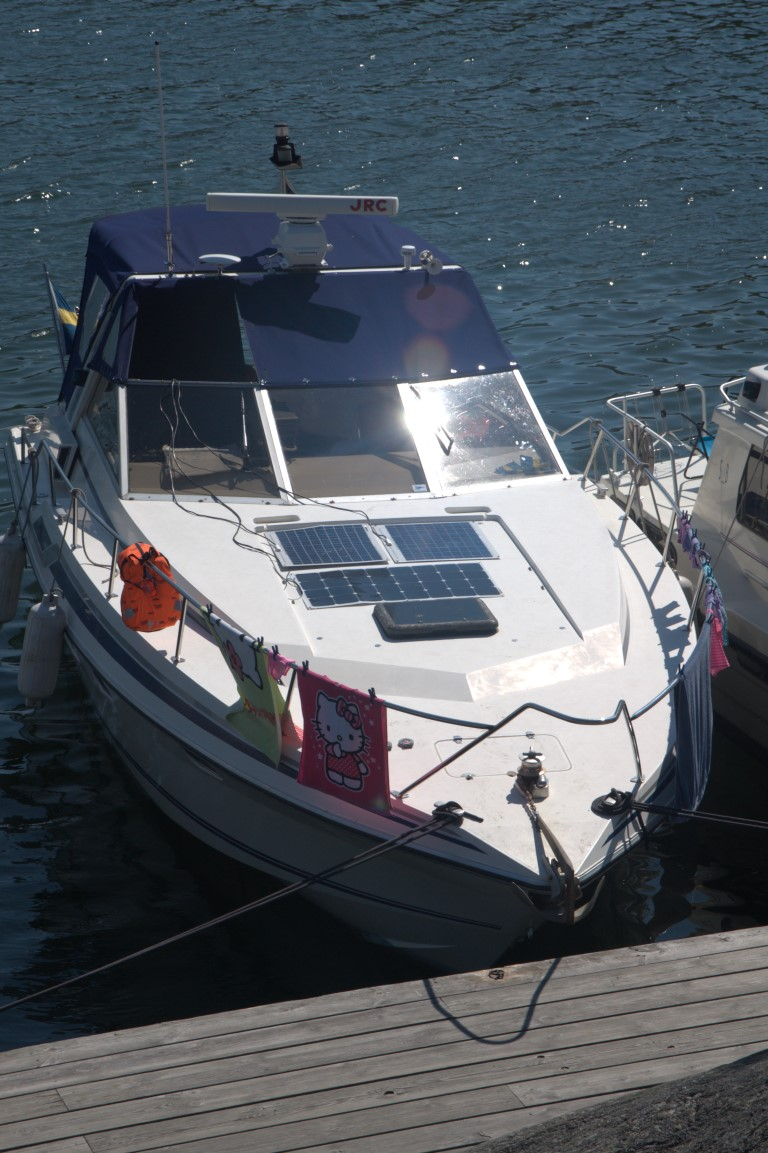 SUNBEAMsystem 100w in parallell with older solar panels - Temporary use in harbour .jpg