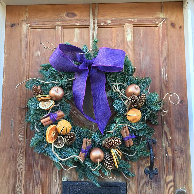 This time last year my front door spent Christmas wreathless as I was heavily pregnant & ready to pop, wreathmaking was a step too far at 39 weeks. This year the gorgeous reason for the lack of wreath is fast approaching her 1st birthday and the door is festive once again 🎄