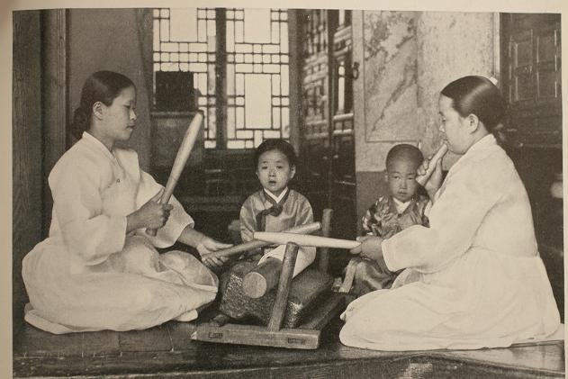 Photo Credit: Daum The early  Koreans used a flat stone or rounded wooden roll and bat to remove the wrinkles and straighten clothes soaked and dried in rice starch.