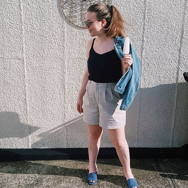 Enjoying the weather in my me-made top 🌞🌞 it's the @truebias ogden cami in some viscose linen from @minervacrafts. Swipe for the outtakes 👀