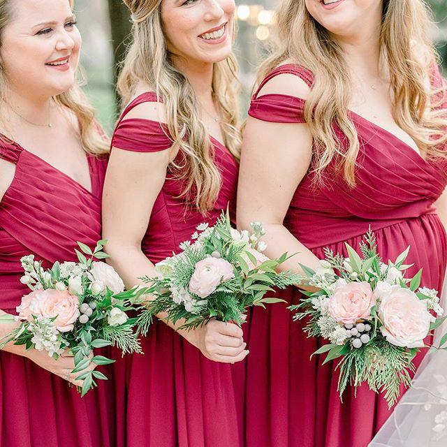 Love the pairing of blush and sangria for this New Year's Eve wedding 📷: @lauraannewatson  #weddingflorist #weddingbouquet #floraldesign #flashesofdelight #pursuepretty #flowergram