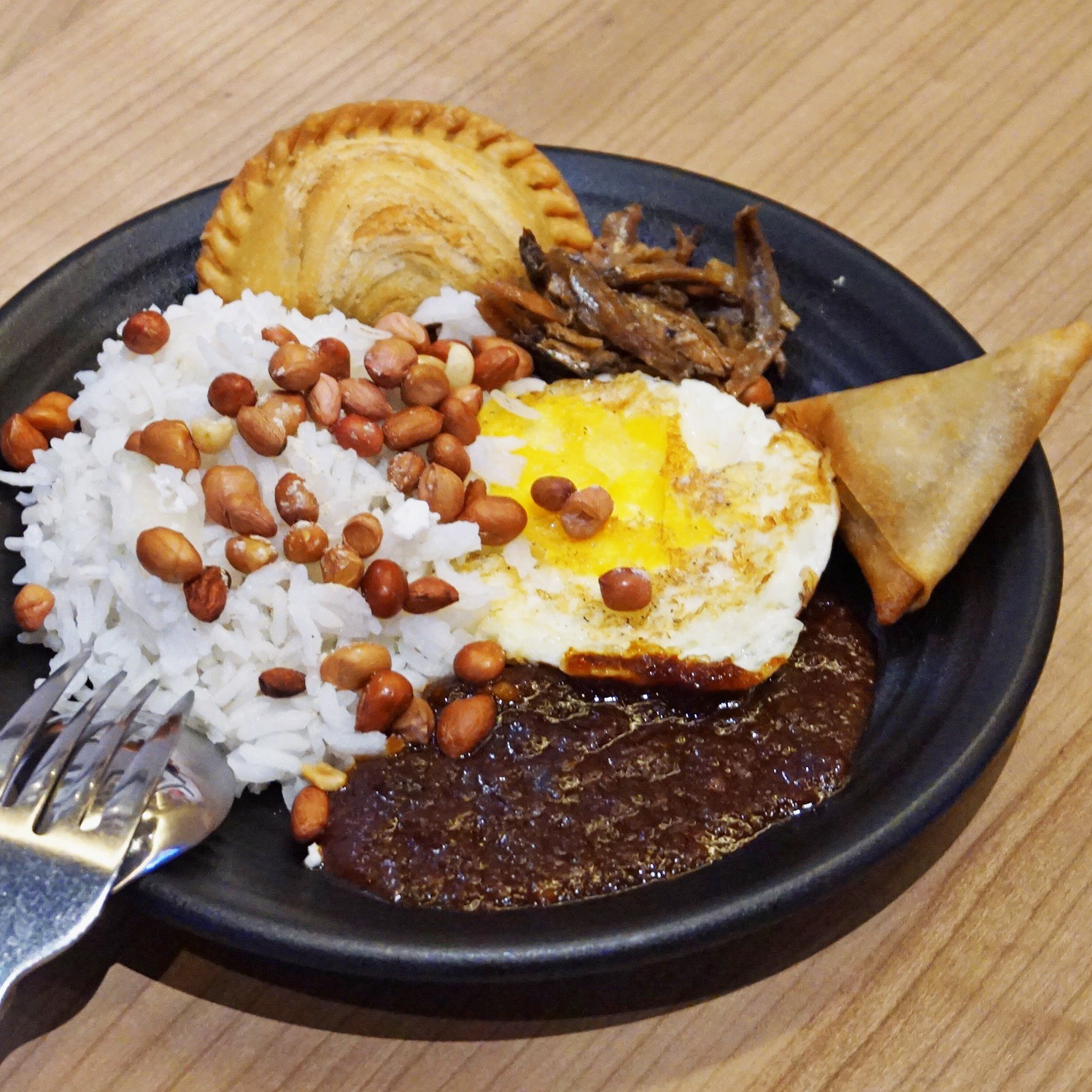 Delish nasi lemak with samosa and curry puff on the side ;-)