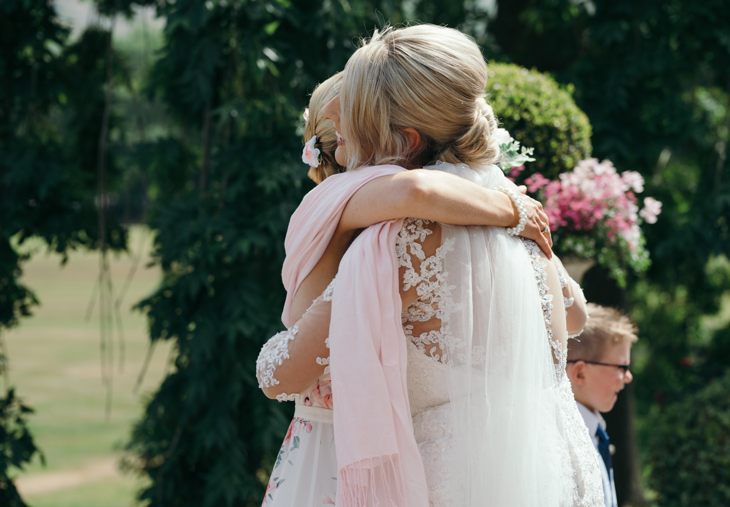 The bride giving her mum a hug