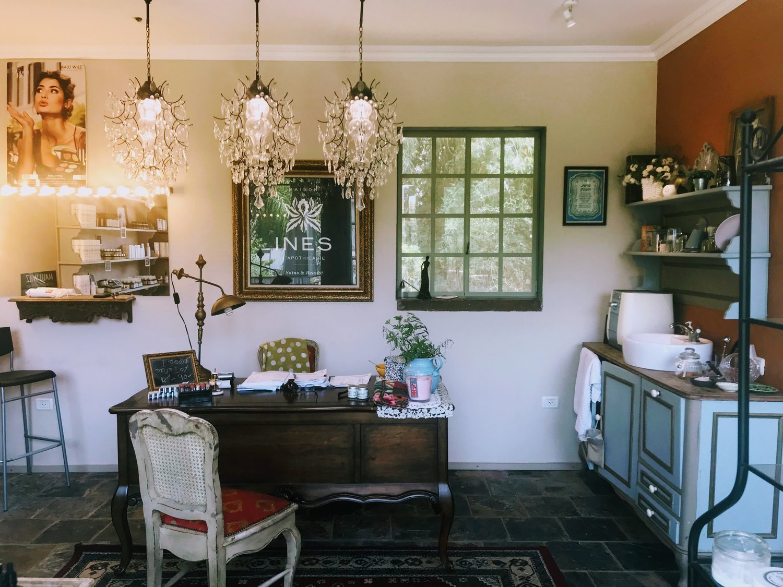 קליניקה שעיצבתיובה שולבו רהיטים קיימים מביתה של הלקוחה. עם שילובים של עץ ממוחזר ורצפת צפחה מיושנת. אדן חלון מעץ ממוחזר.
