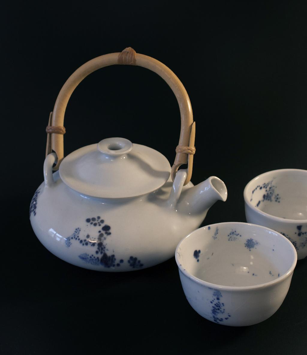 théière et bols en porcelaine, blanc tacheté