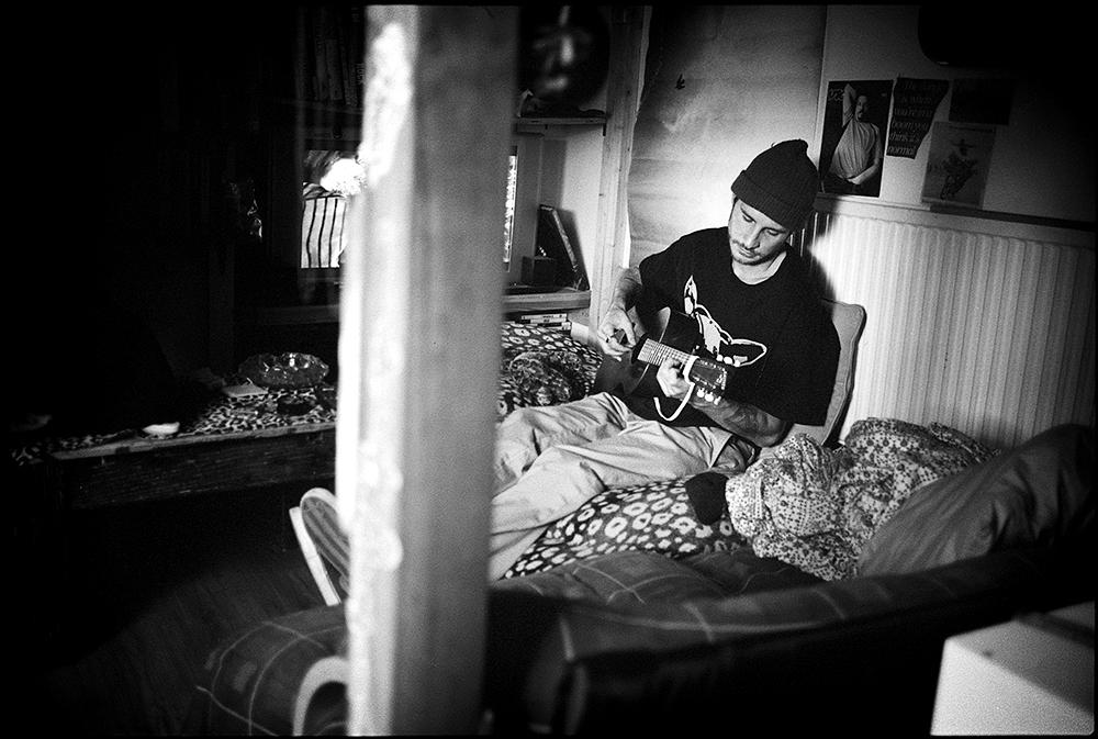 Joey_Pressey_guitarplayin_web.jpg