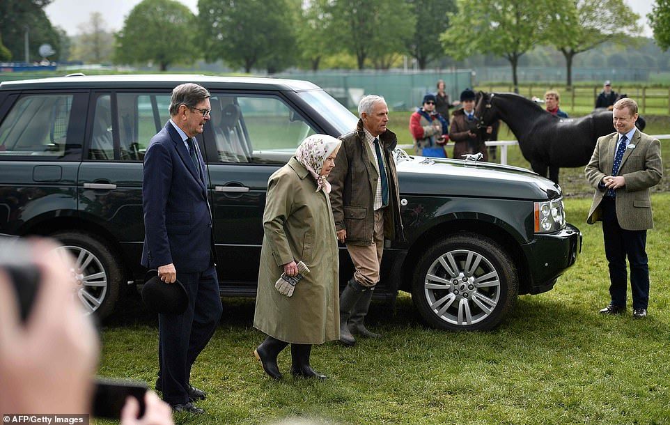 13336148-7014531-Her_majesty_wore_a_khaki_coat_and_pair_of_wellies_to_the_event_a-a-31_1557487121927.jpg