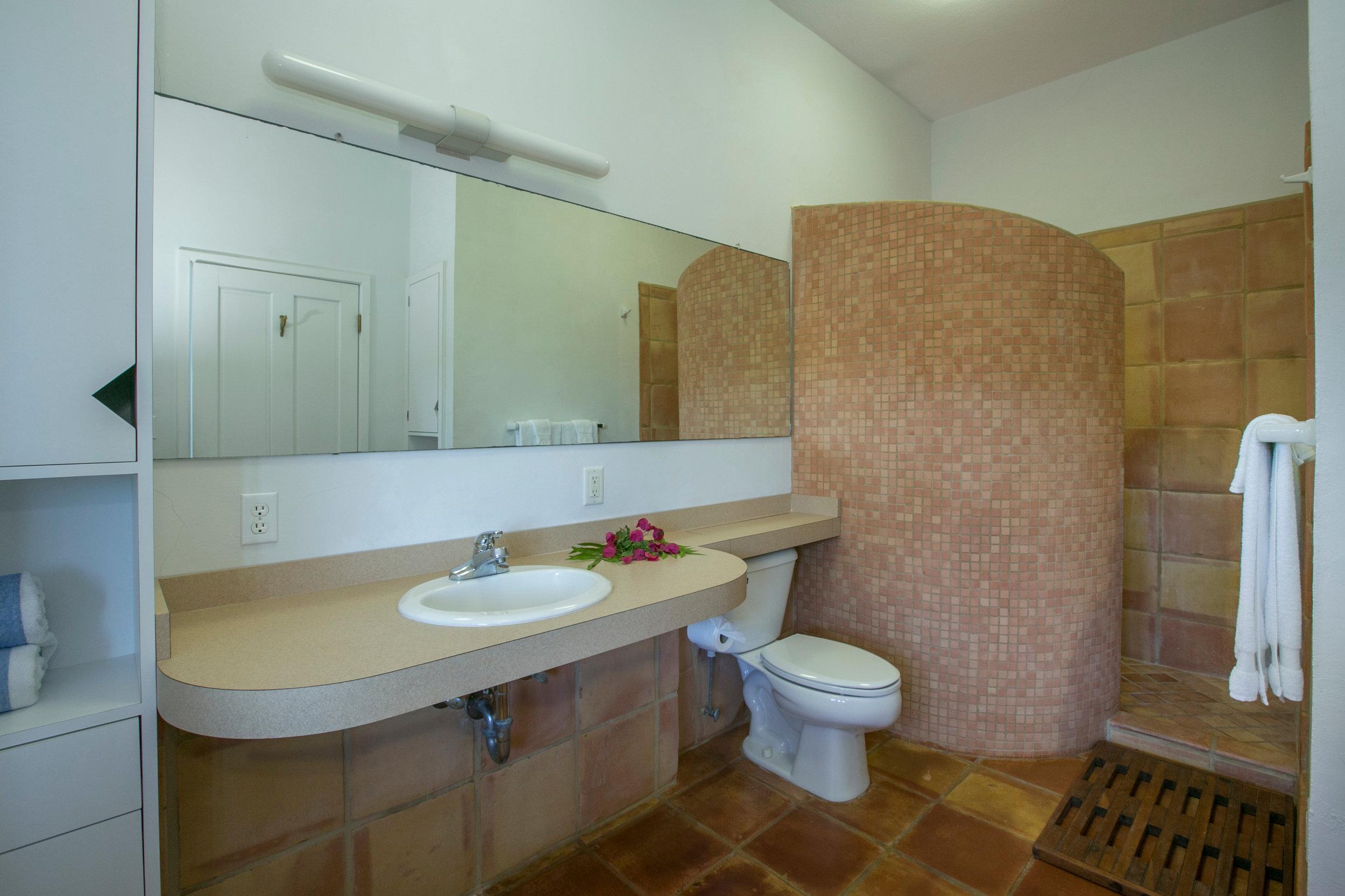 drakesview_white-bed-room-bath-5D3B5524-HDR.jpg