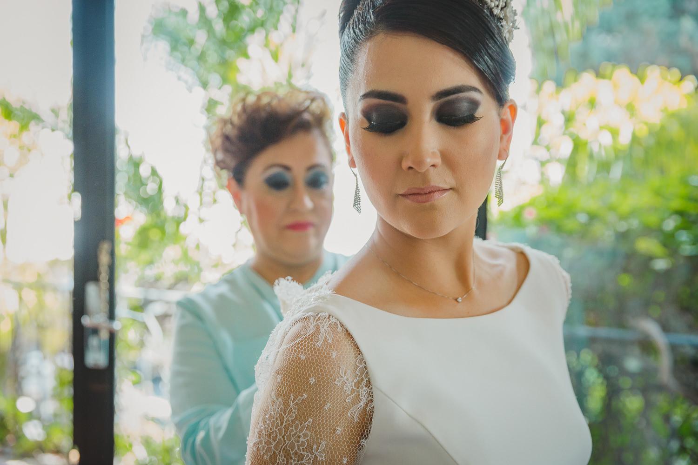 fotografo de bodas mexico bride getting ready mexico wedding photographer