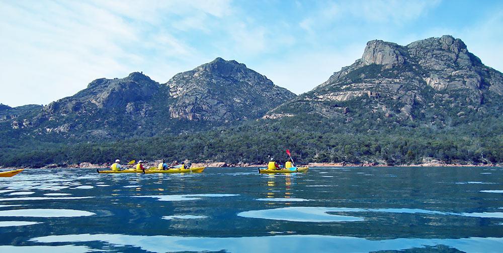 Sea_kayaking_from_Coles_Bay.jpg
