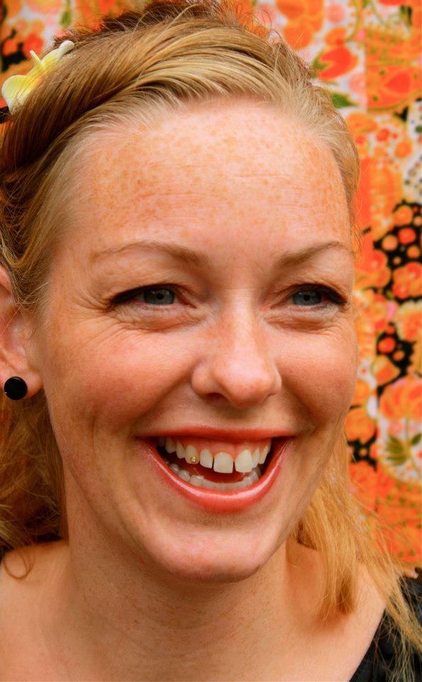 SIRI KWAMBE  Siri Kvambe (født 1976 i Tromsø) er vokalist og sangpedagog, utdannet på Rytmisk linje v/ Høgskolen i Agder og gikk Musikk og Helse ved Musikkhøgskolen. Hun har sunget i en rekke band og laget barnekonserter, og er vokst opp i det nordiske visemiljøet på 80-tallet. Hun har en spesiell kjærlighet for å synge jazz på svensk og og nordnorsk. I en toårs periode hold hun verksteder og kurs i Musikk fra livets begynnelse i Oslo og Spydebergog jobbet som sykehusmusiker på Ahus i tre år. Hun har siden 2013 vært daglig leder i Samspill International Music Network, og har et stort nettverk innen internasjonale og flerkulturelle sangere og musikere i Norge. Siri underviser også i sang på Nordic Black Xpress, Nordic Black Theatres 2-årige teaterskole for ungdom i Oslo.