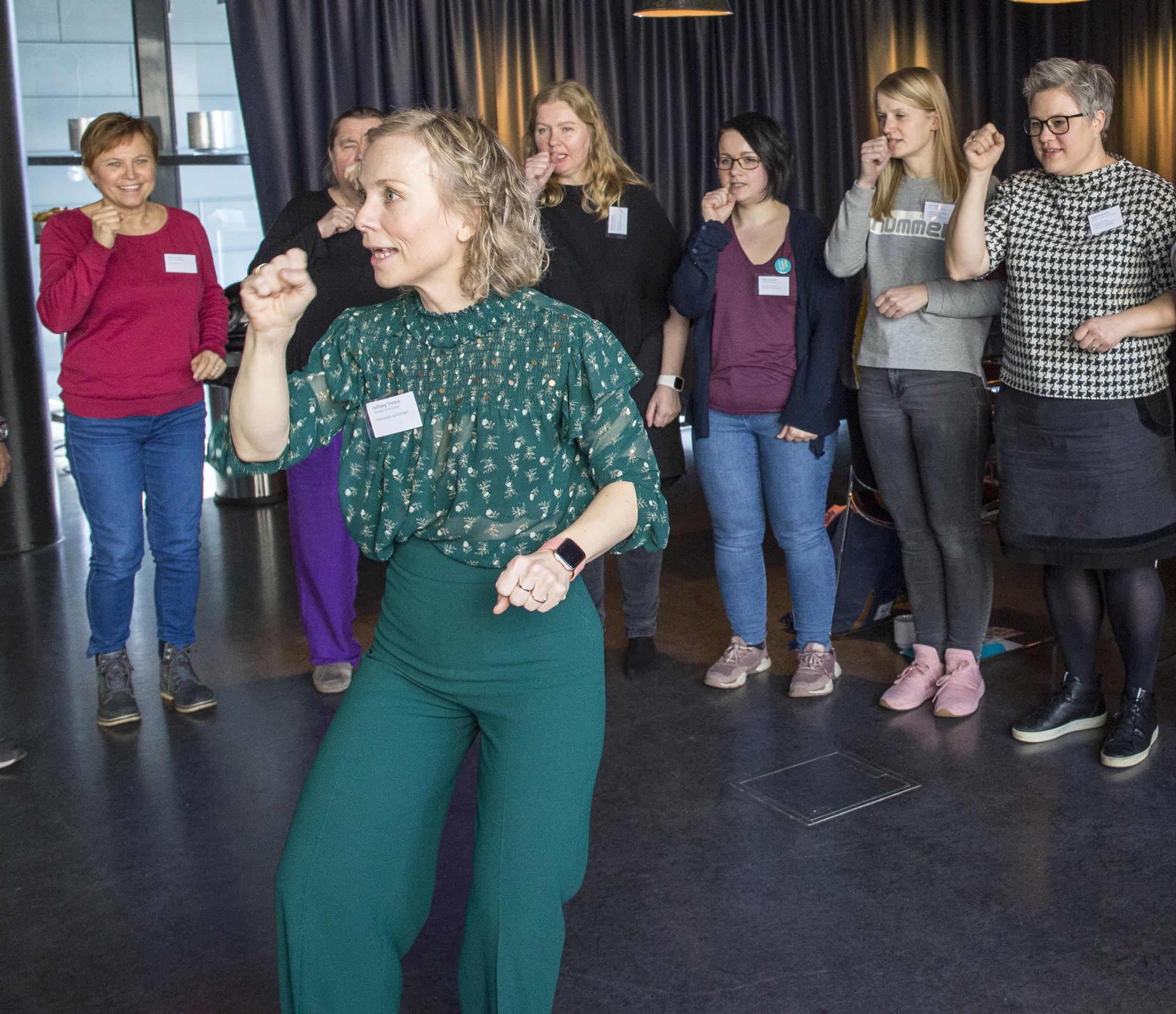 Folkesanger og Kultursjef i Stange Kommune, Solbjørg Tveiten, lærte bort enkle og morsomme folkesanger