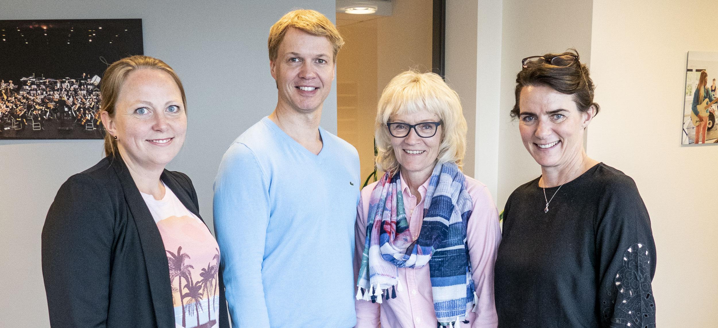Fra venstre: Kristi Stedje (leder i Sang i eldreomsorgen), Jarle Flemvåg (leder i KFS)), Tone Kristine S. Kvamme (1. amanuensis i musikkterapi ved NMH) og Karette Annie Stensæth (professor i musikkterapi og prosjektleder for Homeside)
